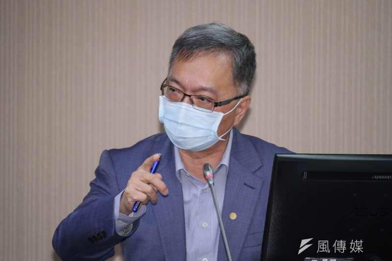 衛福部常務次長薛瑞元(見圖)今(15)日備詢時指出,傳染病沒有人種區別,如果政府不付費,可能會讓外國人來台後不願就醫,間接造成防疫破口。 (蔡親傑攝)