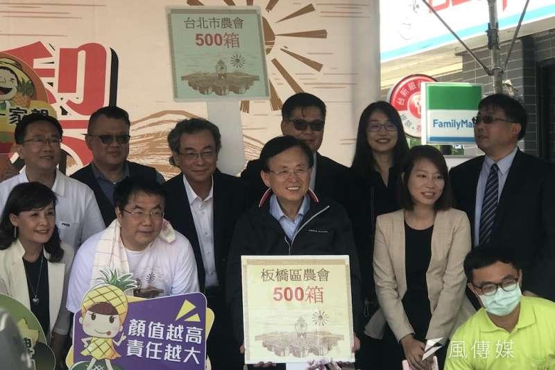 扛扁擔當起神秘叫賣哥的台南市長黃偉哲,行銷台南鳳梨有一套。(圖片提供/鄭夢華)
