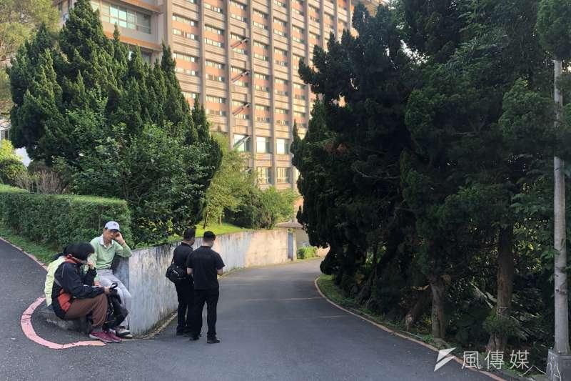 台北市文化大學今(17)日傳出一起命案,26歲鄭姓男子被發現陳屍校園附近的私人菜園。(陳品佑攝)