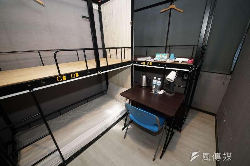 20200418-背包棧旅店西門館接受《風傳媒》採訪時,公開客房內的陳設及備品,讓民眾能更進一步了解防疫旅館的面貌。(盧逸峰攝)