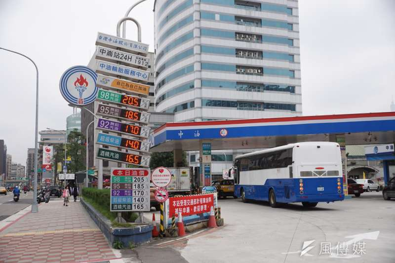 20200420-國內油價20日起每公升下跌0.9元,圖為中油加油站。(盧逸峰攝)