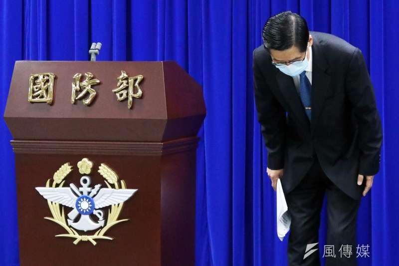 國防部長嚴德發於4月21日晚間記者會公布初步調查報告,防疫破口指向海軍未落實上艦疫調等風險管理所致。(蘇仲泓攝)