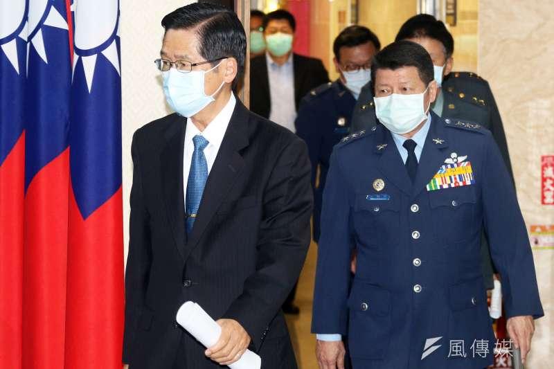 國防部長嚴德發(左)率將領說明磐石艦染疫事件。(蘇仲泓攝)