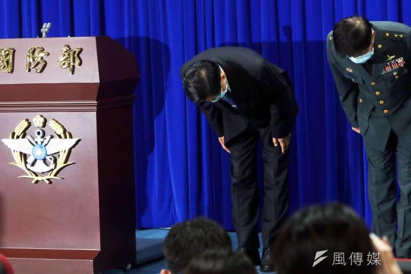 20200421-國防部長嚴德發(左)率與會將領鞠躬致歉。(蘇仲泓攝)