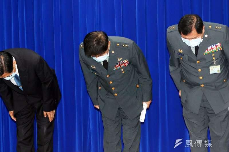 磐石艦染疫,國防部長嚴德發(左)率與會將領鞠躬致歉。(蘇仲泓攝)