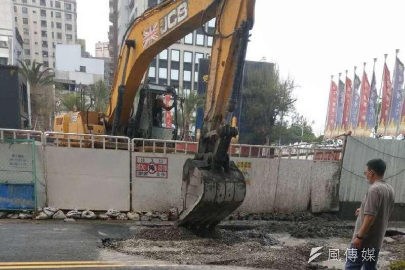 高雄市光復三街、河東路口坍塌,造成現場長約10米、寬5米的路坑,經工務局出動怪手機具連夜回填,已暫無公共安全疑慮。(圖/徐炳文攝)