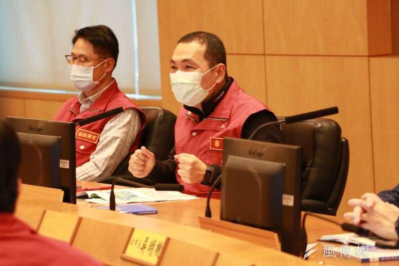 有鑑於新加坡疫情,新北市長侯友宜(右)要求勞工局緊盯業者防疫作為,並將突襲檢查,強調違規者該罰就罰。(資料照,李梅瑛攝)