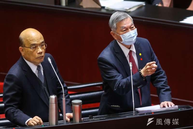 經濟部長沈榮津(右)自己都沒使用過電子支付,却要以酷碰券結合電子支付。(顏麟宇攝)