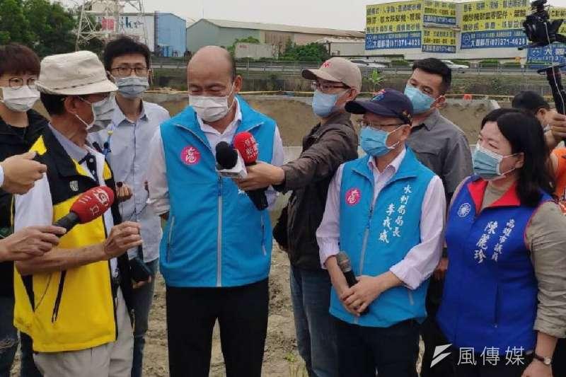 高雄市長韓國瑜(左)提出對醫護進行新冠肺炎普篩引發爭議,資深媒體人黃暐瀚則感嘆,韓國瑜最近做什麼都是錯啦!(資料照,徐炳文攝)