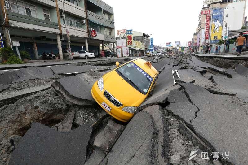 2014年高雄氣爆事故,造成高雄市包括三多一路、三多二路、凱旋三路、一心一路等多條重要道路嚴重損壞。(林瑞慶攝)