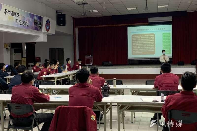 消防局政風室主任劉海勇為新進人延專題演講。(圖/楊經緯攝)
