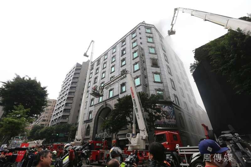 20200426-台北林森北路錢櫃KTV爆發大火。(簡必丞攝)
