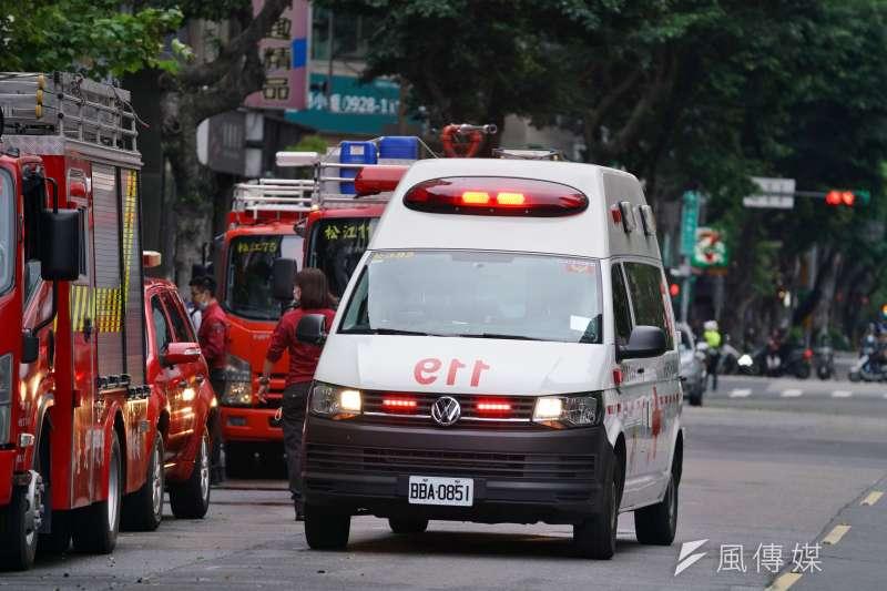 20200426-錢櫃林森店26日發生火警,救護車待命。(盧逸峰攝)