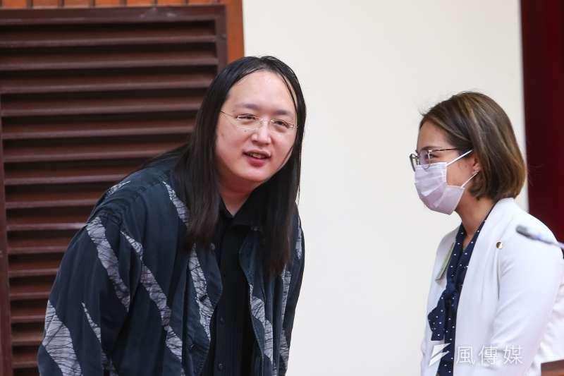 政務委員唐鳳(左)在疫情期間意外在日本爆紅,更被日媒稱為「天才IT大臣」。(資料照,顏麟宇攝)