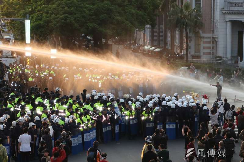 作者認為,台灣警察溫和執法,卻變成傻瓜、惡棍,有人還被告到法院被判賠。圖為太陽花學運,學生攻佔行政院。(資料照,余志偉攝)