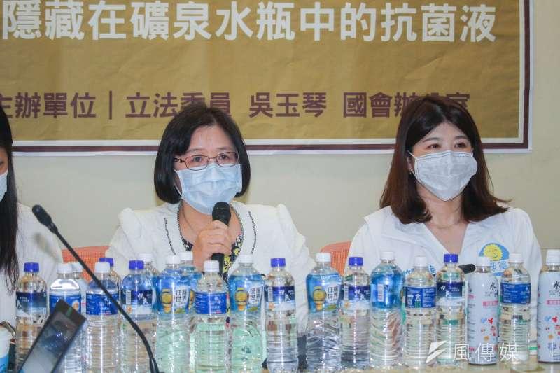 20200429-民進黨立委吳玉琴(左)召開「水神,只能用來擦窗戶,千萬不要喝下肚,隱藏在礦泉水瓶中的抗菌液」記者會,右為新竹縣議員余筱菁。(蔡親傑攝)