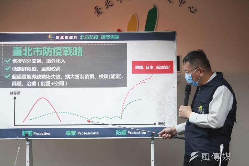 台北市政府30日舉行因應新冠肺炎擴大管制兵推,台北市長柯文哲進行說明。(方炳超攝)