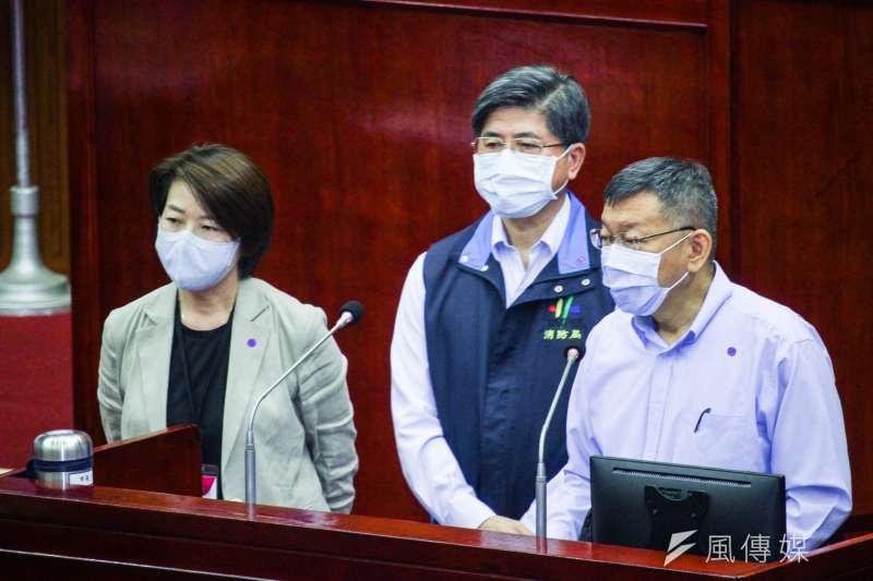 20200504-台北市長柯文哲(右)赴議會針對「林森北路(錢櫃KTV)火災」進行備詢,左為副市長黃珊珊,後為消防局長吳俊宏。(蔡親傑攝)