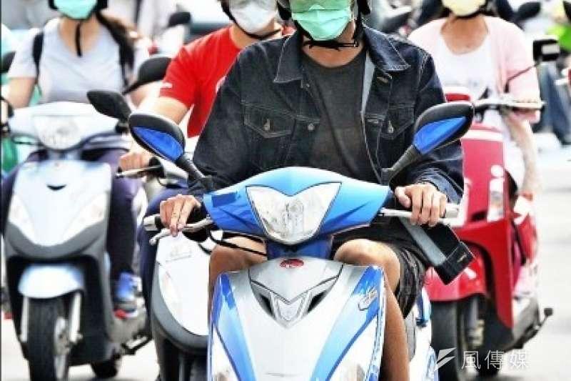 新冠肺炎防疫期間,民眾配戴口罩自行騎乘機車,避免搭乘大眾運輸工具造成疫情傳染。(圖/臺中市政府環保局)