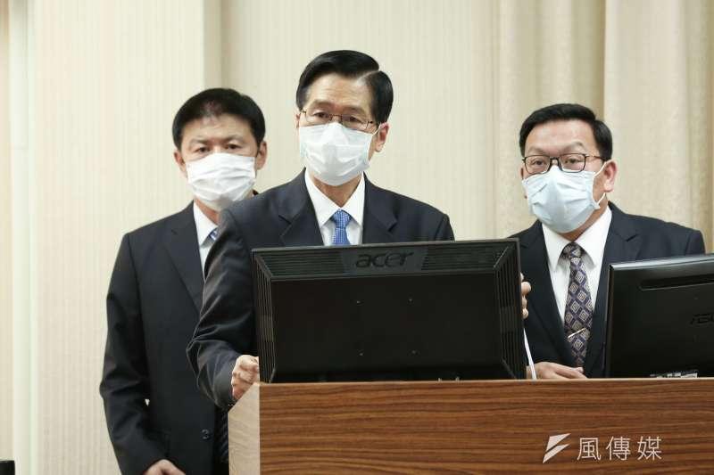 國防部部長顏德發(中)6日出席外交及國防委員會進行專題報告,並備質詢。(簡必丞攝)