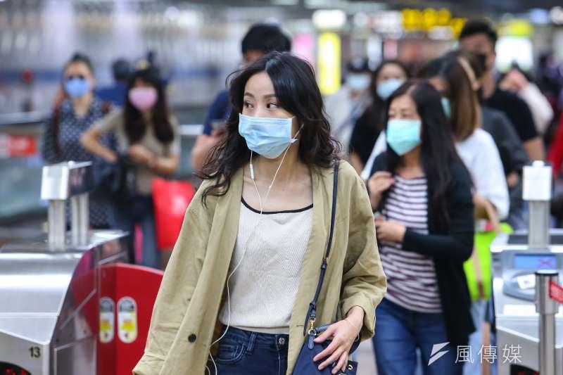 根據規定,民眾搭乘台北捷運需全程配戴口罩。(資料照,顏麟宇攝)