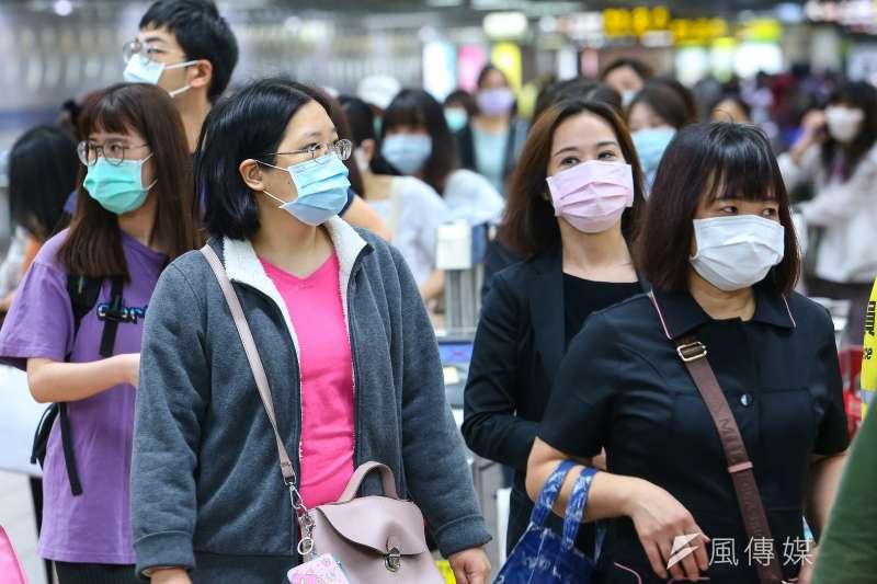 20200507-民眾搭乘台北捷運全程配戴口罩。(顏麟宇攝)