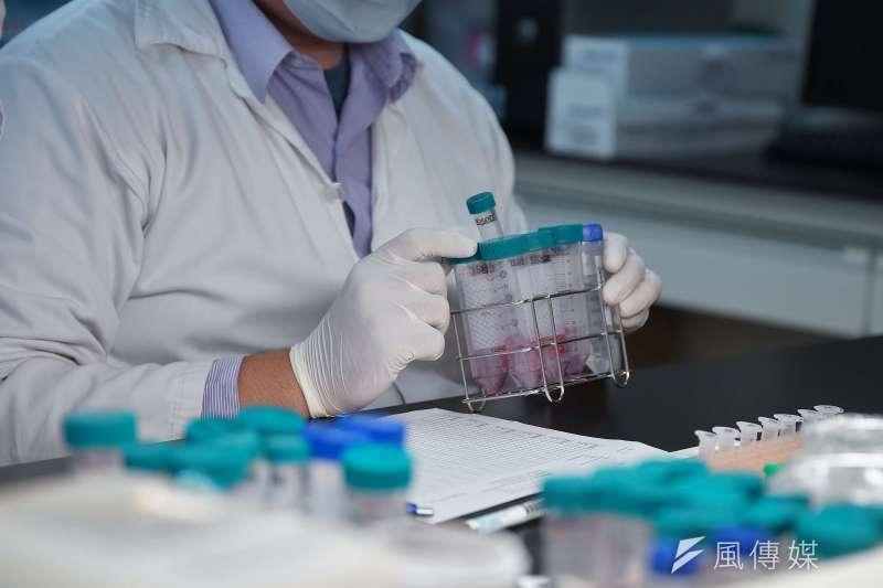 凌越生醫公司投入新冠病毒快篩試劑開發,在2個月內完成原料、產品原型等開發,並通過台大醫院團隊臨床驗證。(盧逸峰攝)