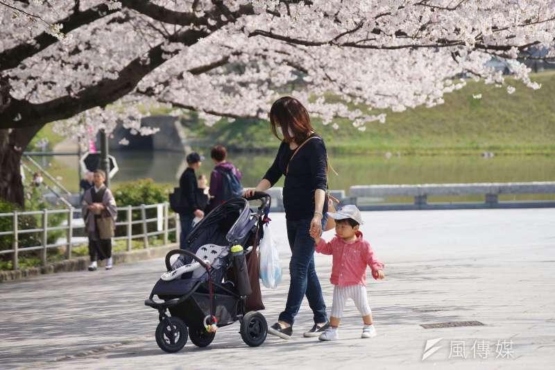 20200508-新冠肺炎疫情造成海外旅遊市場急凍,圖為日本櫻花祭遊客賞櫻。(盧逸峰攝)