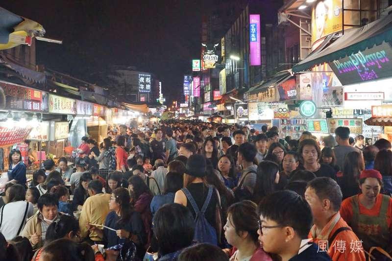 政府預計7月讓振興券上路,拉抬消費與經濟,圖為羅東夜市1。(資料照片,盧逸峰攝)