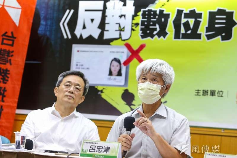 清大電機系教授呂忠津(右)、中研院資訊科學研究所研究員何建明(左)出席台教會召開「反對數位身份證倉促上路」記者會。(顏麟宇攝)