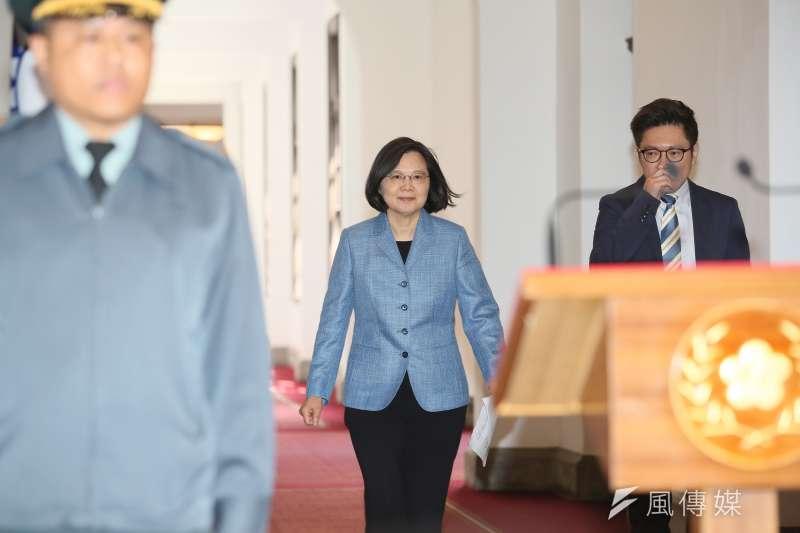 蔡英文(右)帶領台灣抗疫有成,滿意度也來到新高。(柯承惠攝)