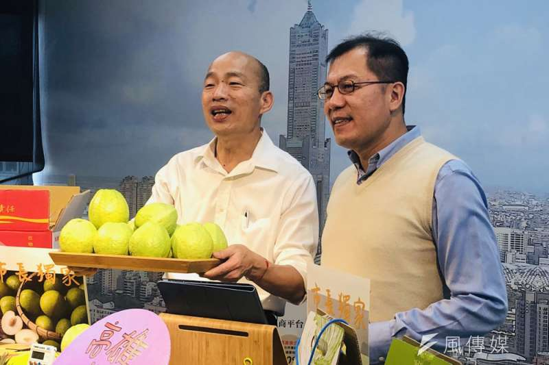 吳芳銘(右)脫黨參選嘉義縣長失利後,被韓國瑜(左)延攬出任高雄市農業局長。(徐炳文攝)