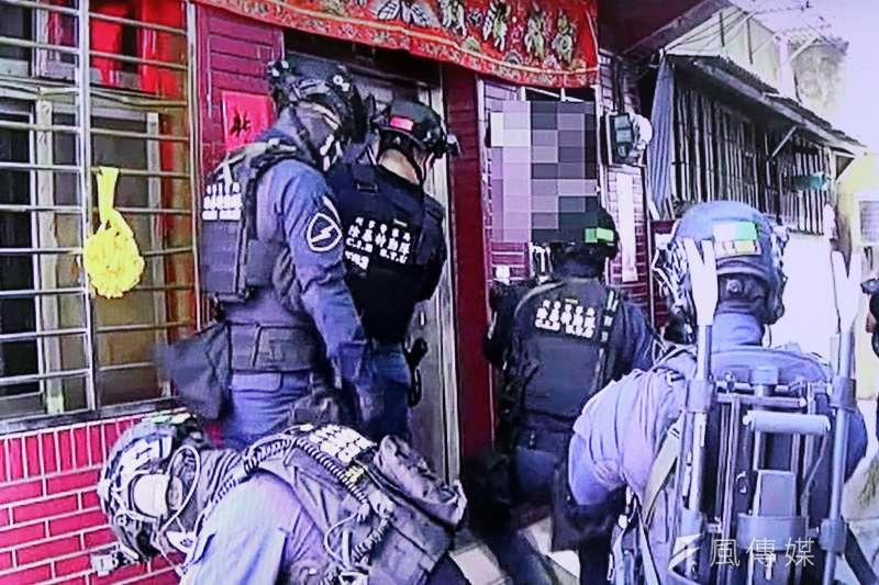 台北市警察局刑警大隊日前破獲,以劉嫌為首的「天○盟」幫派集團。圖為攻堅畫面。(取自刑事局除暴特勤隊攻堅影片)