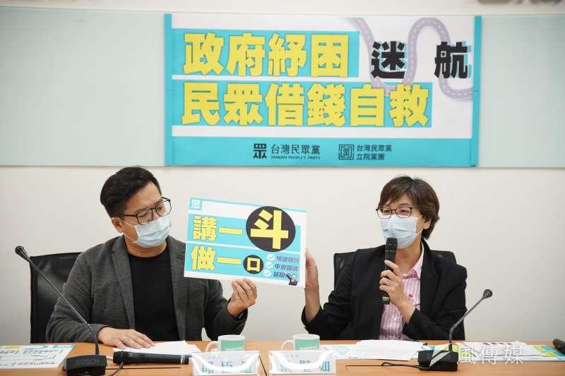 民眾黨立委邱臣遠(左)、蔡壁如(右)14日召開記者會,批評政府的紓困方案惹民怨。(盧逸峰攝)