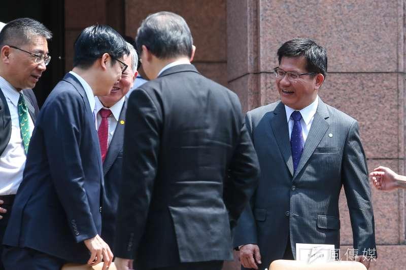 行政院14日內閣總辭,交通部長林佳龍(右)與內閣閣員合影。(顏麟宇攝)