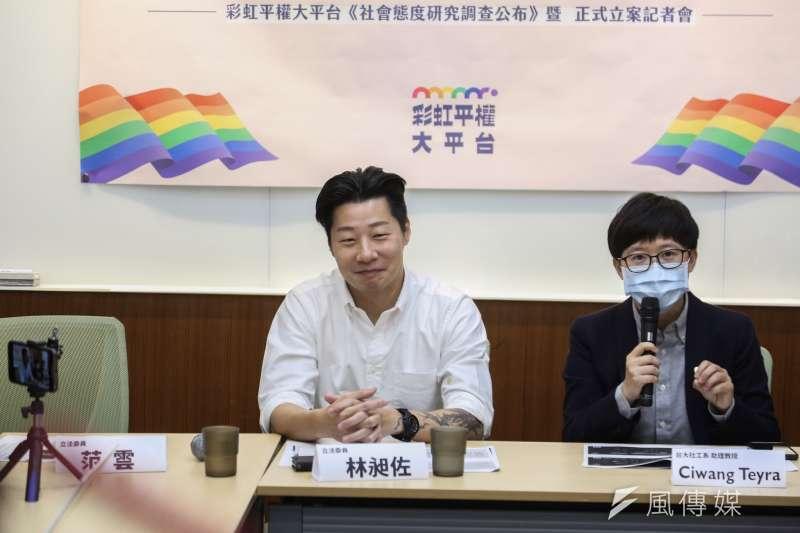 20200515-立委林昶佐15日出席「同婚一週年,大家接受同志了嗎? 」彩虹平權大平台社會態度研究調查公布暨正式立案記者會。(簡必丞攝)
