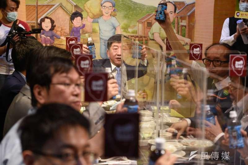 衛福部長陳時中16日走訪連鎖滷肉飯店家,視察隔板防疫用餐情形。(台北市攝影記者聯誼會提供)