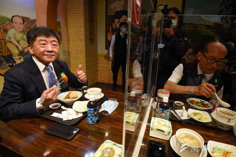 衛福部長陳時中(左)16日赴連鎖滷肉飯店家,視察用餐現場防疫措施。(台北市攝影記者聯誼會提供)