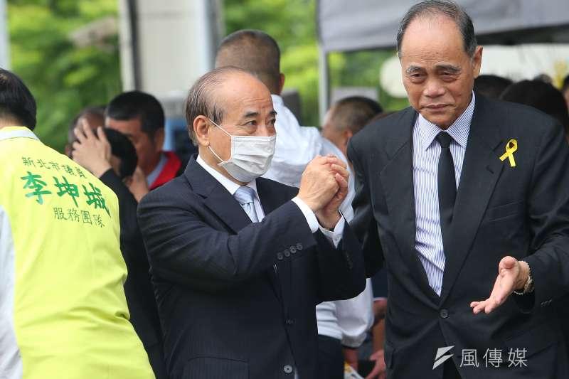 國民黨副秘書長謝龍介直言,立法院前院長王金平(左)被酸「求和」,已經讓整個出訪走味變調,王金平不必再去。(資料照,顏麟宇攝)