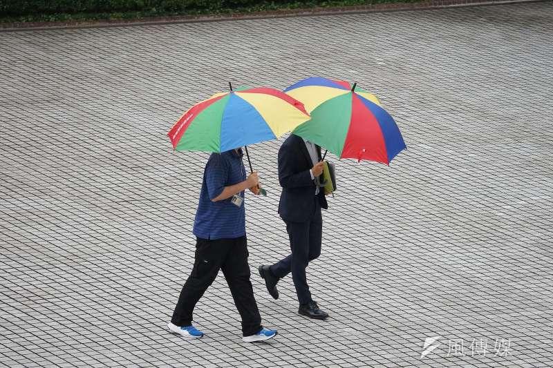 20200518-雨天配圖,梅雨季開始18日早上突然下起大雨,民眾撐起傘。(盧逸峰攝)