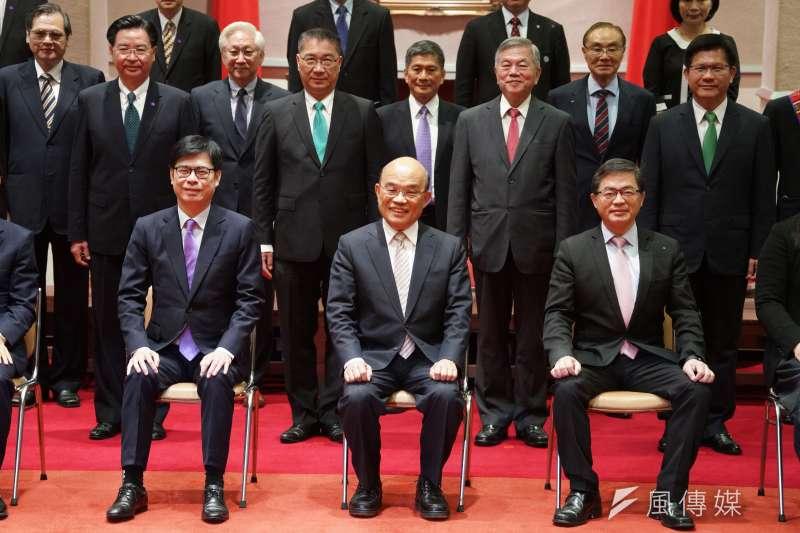 行政院長蘇貞昌(前排左二)率內閣成員20日合影留念,而女性閣員比例之低也遭受外界批評。(資料照,盧逸峰攝)
