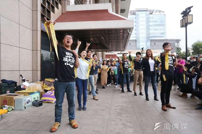 WeCare高雄等罷韓團體今(20)日與跨黨派的民意代表在台北車站舉辦「領民主黃絲帶、帶高雄人回家」活動。(陳品佑攝)