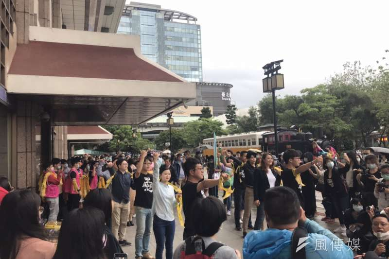20200520-WeCare高雄等罷韓團體今(20)日與跨黨派的民意代表在台北車站舉辦「領民主黃絲帶、帶高雄人回家」活動。(黃信維攝)