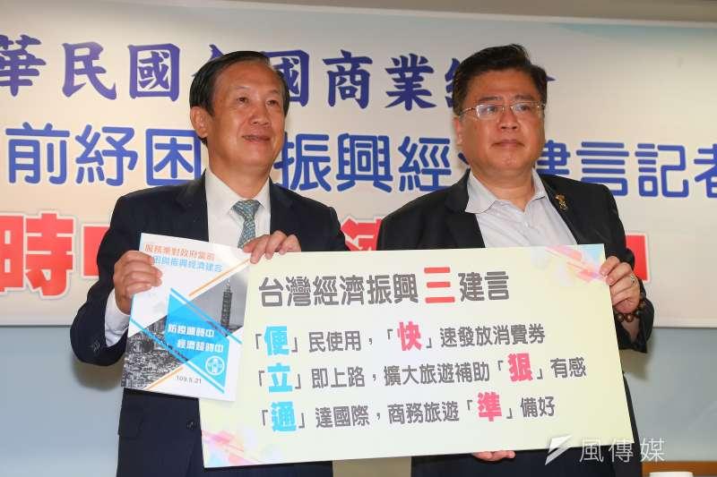 20200521-商總理事長賴正鎰(左)、副理事長許舒博(右)21日召開「服務業對政府當前紓困與振興經濟建言記者會」。(顏麟宇攝)