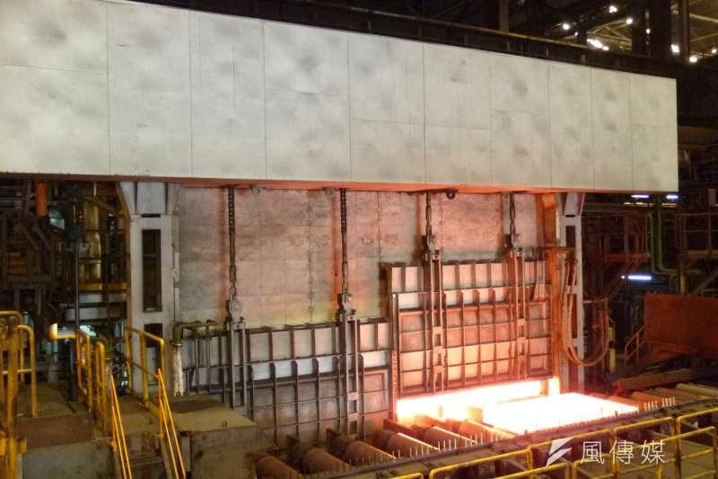 中鋼斥資3億改造鋼板工場一號加熱爐設備更新迄今,不僅生產鋼板品質良好,能減少約13%能源耗用,且每年可降低氮氧化物排放量4,650公斤、硫氧化物排放量 6,270公斤、粒狀物排放量150公斤,朝更節能減污的精緻鋼廠邁進。(圖/徐炳文攝)