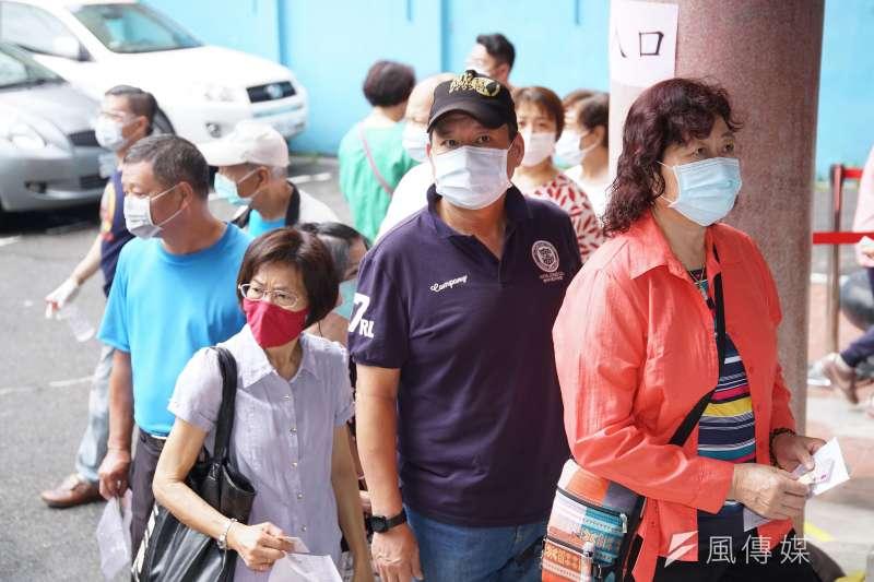 20200524-民進黨黨員24日前往黨公職選舉投票,戴上口罩依序排隊。(盧逸峰攝)