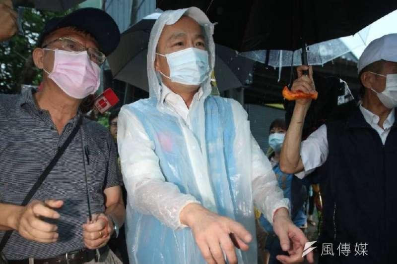 522豪大雨轟炸高雄,市長韓國瑜馬不停蹄前往淹水熱點視察。(圖/徐炳文攝)