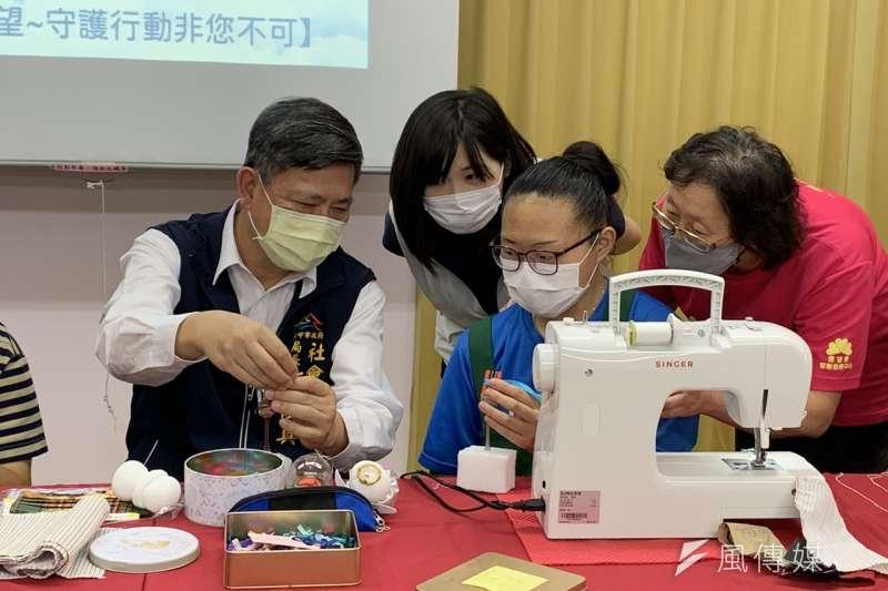 台中市政府社會局長彭懷真跟著試做蝴蝶結,感嘆實在不簡單!(圖/王秀禾攝)
