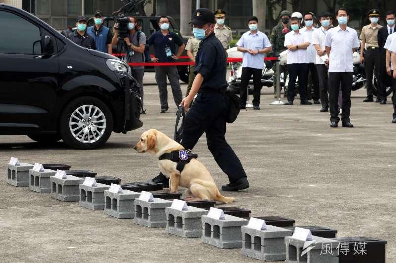 20200526-總統蔡英文26日至憲指部,視導快反連人車編裝靜態展示、緝毒犬搜索動態演練等等。(蘇仲泓攝)