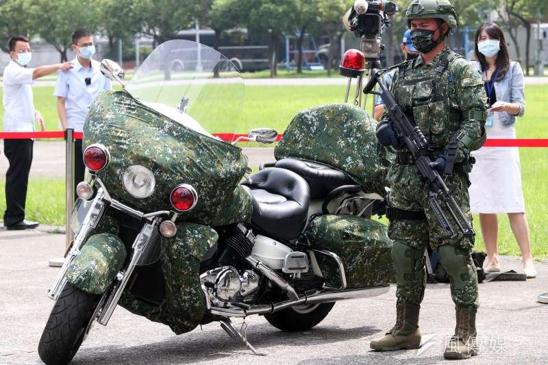 20200526-憲兵快反連官兵展示衛戍區機動打擊、偵搜任務時,人員全副武裝的姿態,就連重機也以偽裝網覆蓋。(蘇仲泓攝)
